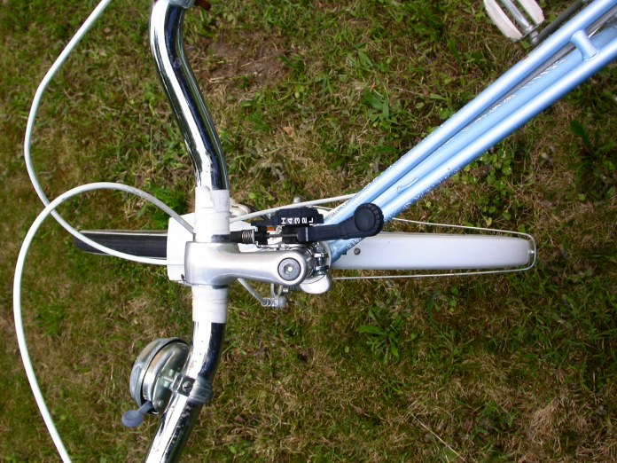 Black gear selector, handlebars customized with white stripes